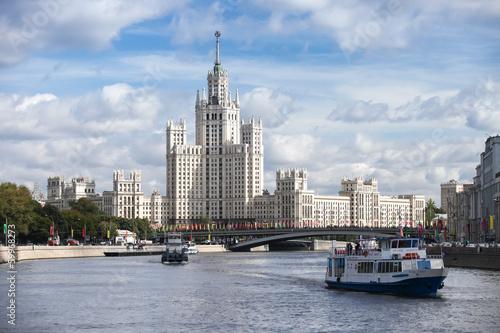 Foto  Stalin skyscraper architecture at Kotelnicheskaya Embankment