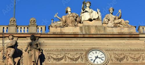 Fotografija  statues sur façade urbaine