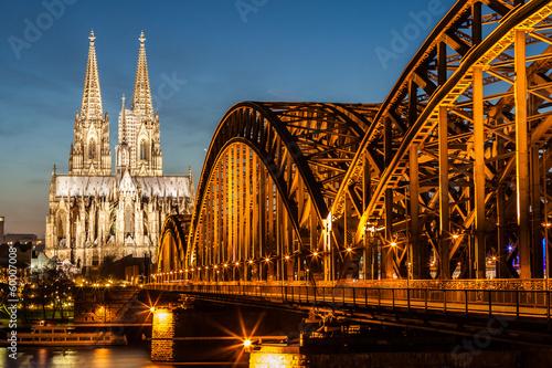 Fotografía  Hohenzollern Bridge and Cologne Cathedral at dusk