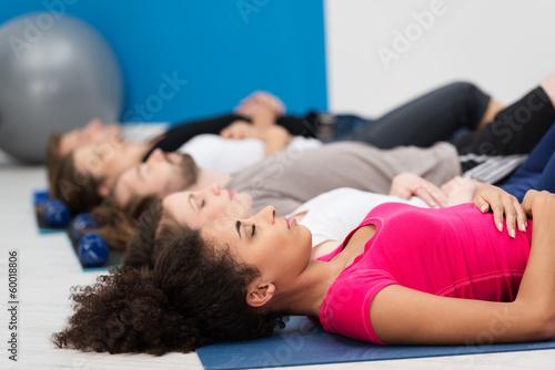 Fotografía  Gruppe entspannt im fitnessstudio