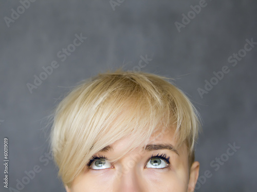 Fotografía  woman looking up