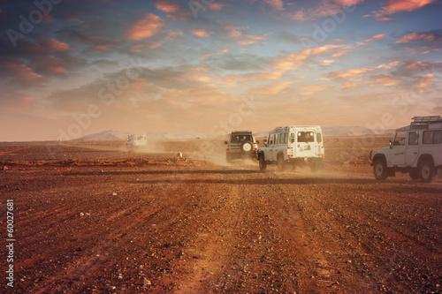 samochody-na-pustyni-o-zachodzie-slonca