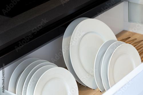Fotografering Assiettes dans le tiroir d'un meuble de cuisine