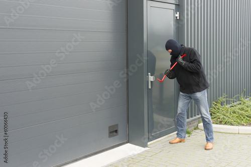 Fotografía  burglar with a crowbar