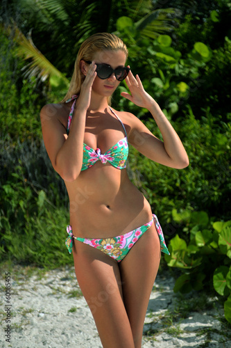 Photo  Model wearing flower pattern bikini on the beach