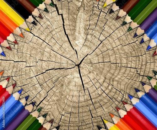 kolorowe-kredki-na-pienku-drzewa