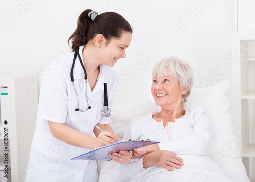 Fotografia  Doctor Giving Prescriptions To Patient