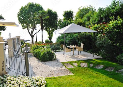 Fotografia beautiful garden in a villa on Garda Lake