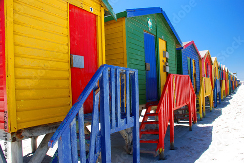 Montage in der Fensternische Südafrika Brightly colorful beach cabins in Muizenberg. South Africa