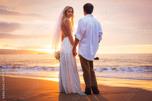 Fotografia Married couple, bride and groom at sunset on beautiful tropical