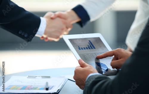 Fotografia  Business associates shaking hands in office