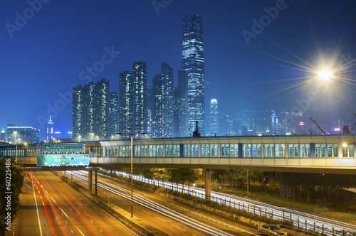Photo  Traffic at night with urban background