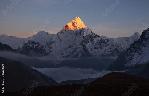 Carta da parati Golden pyramide of  Ama Dablam peak (6856 m) at sunset.