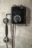 Rocznika czarny telefonu obwieszenie na starej szarej betonowej ścianie - 60303668