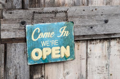 Fotografía  Vintage open sign on old wooden door