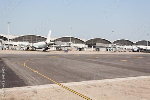 Foto op Aluminium Luchthaven Passenger aircraft in Hong Kong International Airport
