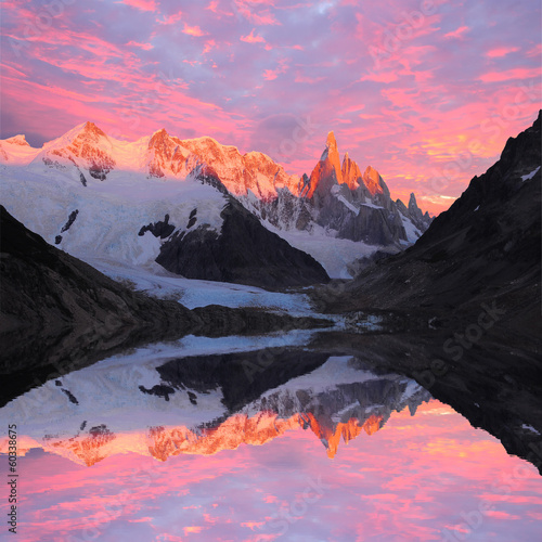 Tuinposter Bergen Cerro Torre mountain and lake. Los Glaciares National park.