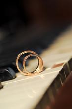 Rings On White Key\