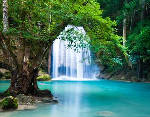 Obraz na Szkle Optyczne powiększenie Cliff of Waterfall in deep forest
