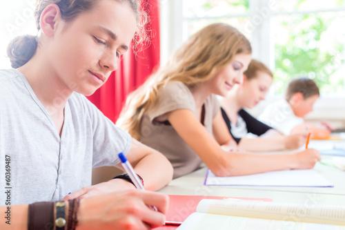 Photo Schüler schreiben Test in Schule