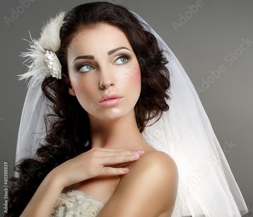 Fotografía  Wedding. Quiet Bride in Classic White Veil Looking Away