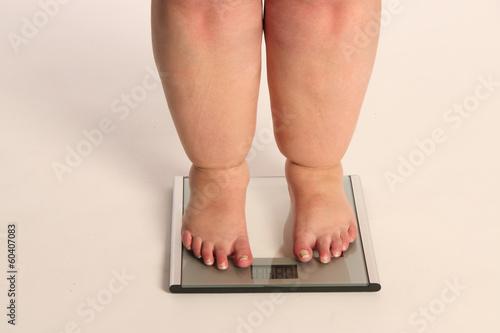 Fotografie, Obraz  dicke Beine auf einer Waage