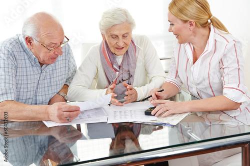 Fotografía  Senioren bekommen Beratung zu Finanzthemen
