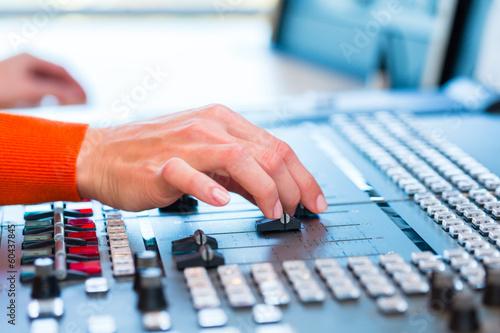 Fotografie, Obraz  Radiomoderatorin in Radiosender auf Sendung
