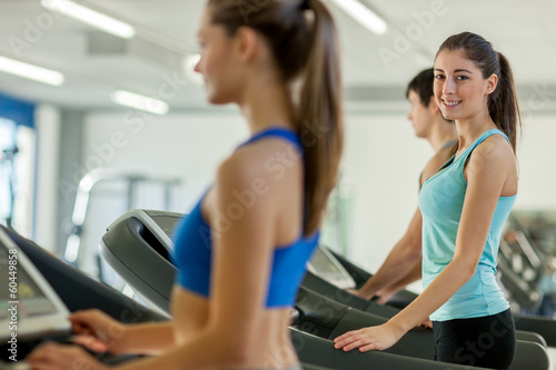 Spoed Foto op Canvas Fitness Happy young people on a treadmill
