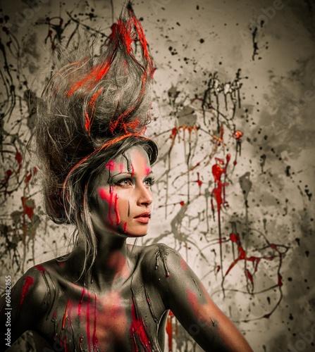 mloda-kobieta-muza-z-tworczej-sztuki-ciala-i-fryzure