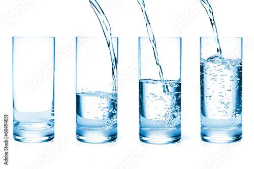 Fotografia  fresh water pouring in a glass