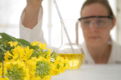 Photo Laboratory worker with beaker of vegetable oil