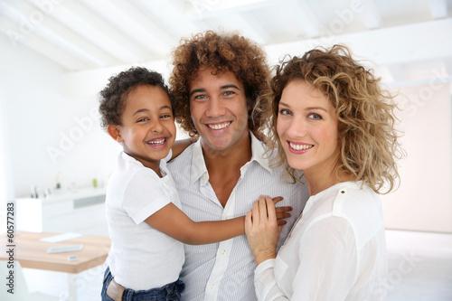 Valokuva Happy family standing in brand new home