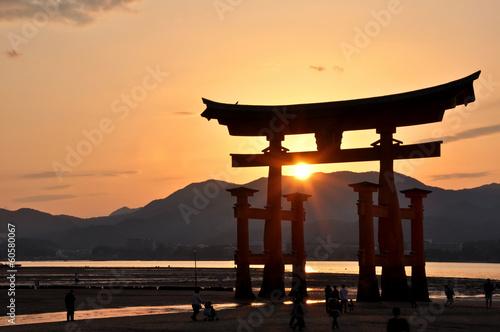 Fototapeta orientalna   torii-miyajima-w-japonii