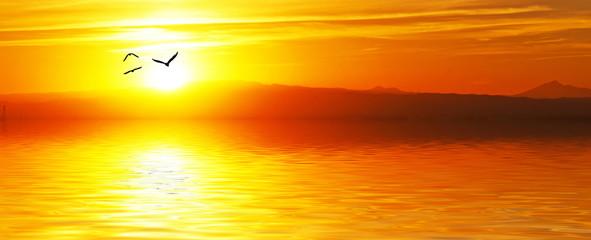 amanecer naranja en el oceano