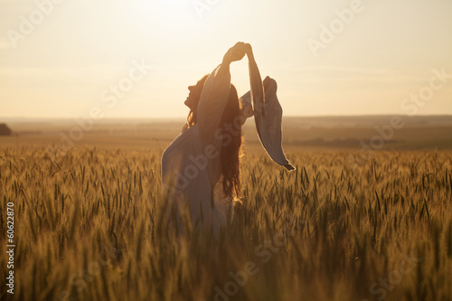 Fotomural  Happy woman with a shawl in field