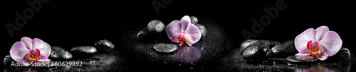Photo Horizontal panorama with pink orchids and zen stones on black ba