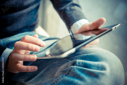 Fotografia  close up hands multitasking man using tablet, laptop and cellhpo