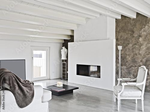 moderno soggiorno con camino in mansarda – kaufen Sie dieses Foto ...