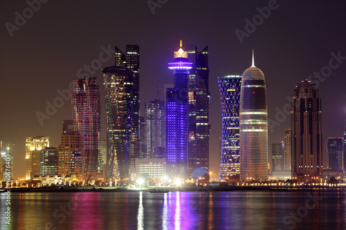 Poster Moyen-Orient Doha downtown skyline at night. Qatar, Middle East
