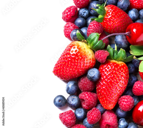 jagody-granicy-na-bialym-tle-wiosenna-jagoda-ekologiczna