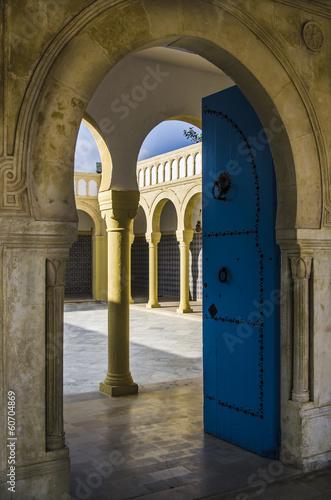 Staande foto Tunesië Blaue Tuer einer Moschee in Tunesien