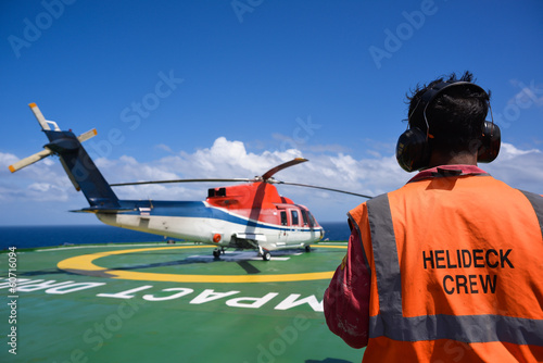 Valokuva Helicopter with helicopter crew on oil rig helipad
