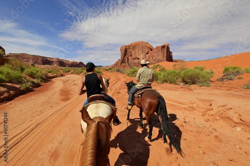 La pose en embrasure Vache randonnée à cheval à Monument Valley, Arizona