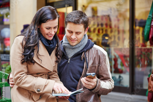 Fotografía  Touristen in Stadt mit Stadtplan und Smartphone
