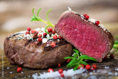 Papiers peints Steakhouse Juicy Fillet Steak with Fresh Herbs
