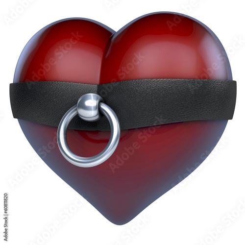 Photo  Rotes Herz in Ring der O aus Stahl und Leder