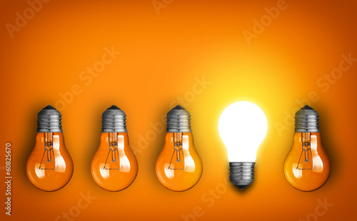 Photo  Idea concept with row of light bulbs and glowing bulb