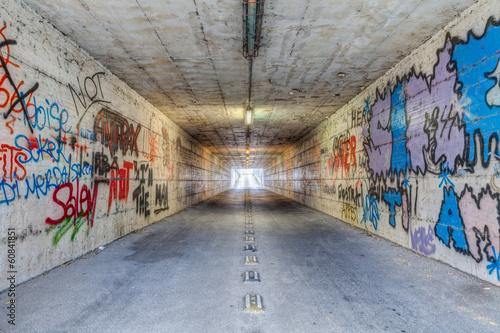 Fototapeten Schmale Gasse narrow tunnel with graffiti