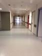 Pasillo blanco interior de hospital